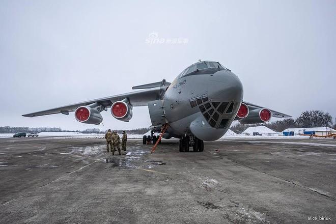 [ẢNH] Quân đội Ukraine nhận quà Giáng sinh siêu khủng từ Tổng thống Petro Poroshenko - Ảnh 4.