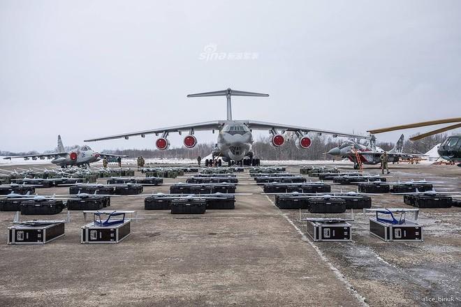 [ẢNH] Quân đội Ukraine nhận quà Giáng sinh siêu khủng từ Tổng thống Petro Poroshenko - Ảnh 6.