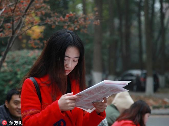 24h qua ảnh: Cô gái ôn bài trước kỳ thi công chức căng thẳng ở Trung Quốc - Ảnh 3.