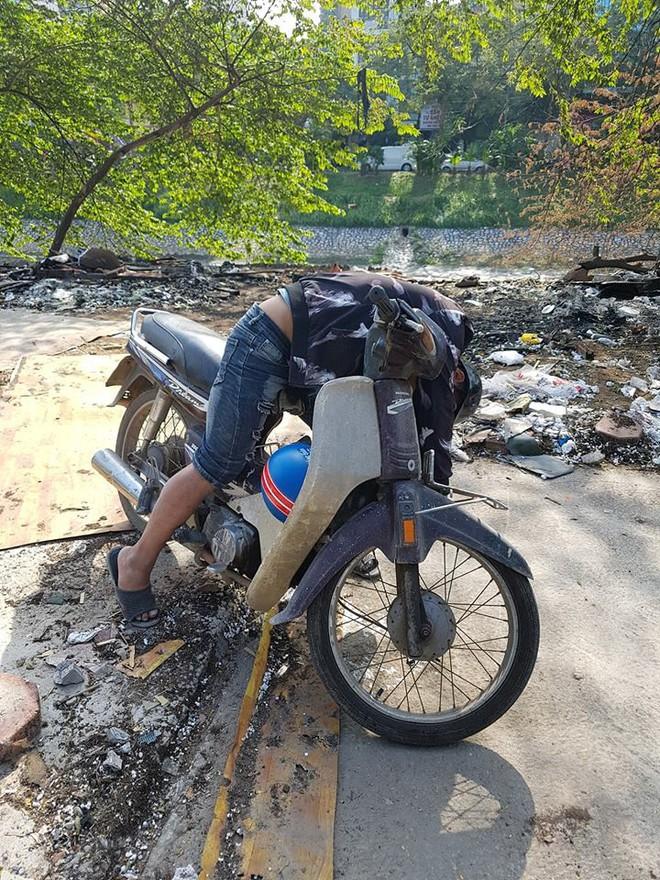 Hà Nội: Nam thanh niên bò lê xuống sông Tô Lịch, vùng vẫy rồi chìm nghỉm - Ảnh 2.