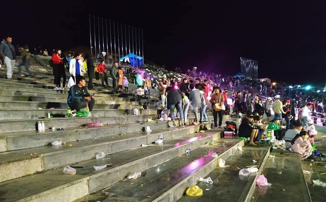 Rác ngập quảng trường ở Đà Lạt sau trận bán kết lượt đi giữa Việt Nam - Philippines