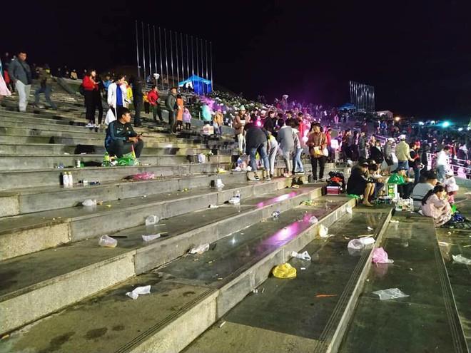 Rác ngập quảng trường ở Đà Lạt sau trận bán kết lượt đi giữa Việt Nam - Philippines - Ảnh 4.
