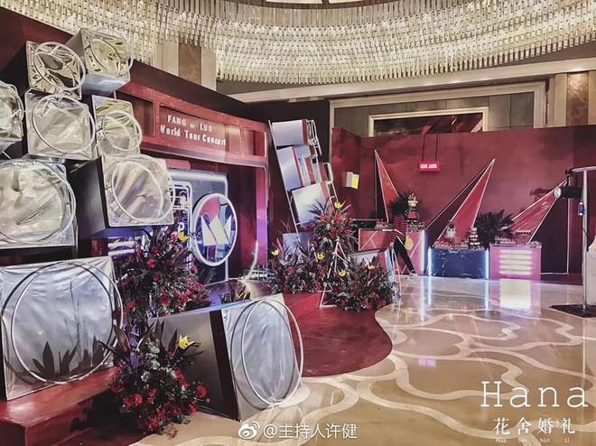 Khi cô dâu và chú rể đều là fan Big Bang: Sân khấu ngập tràn sắc vàng, hoa cưới cũng chính là lightstick - Ảnh 7.