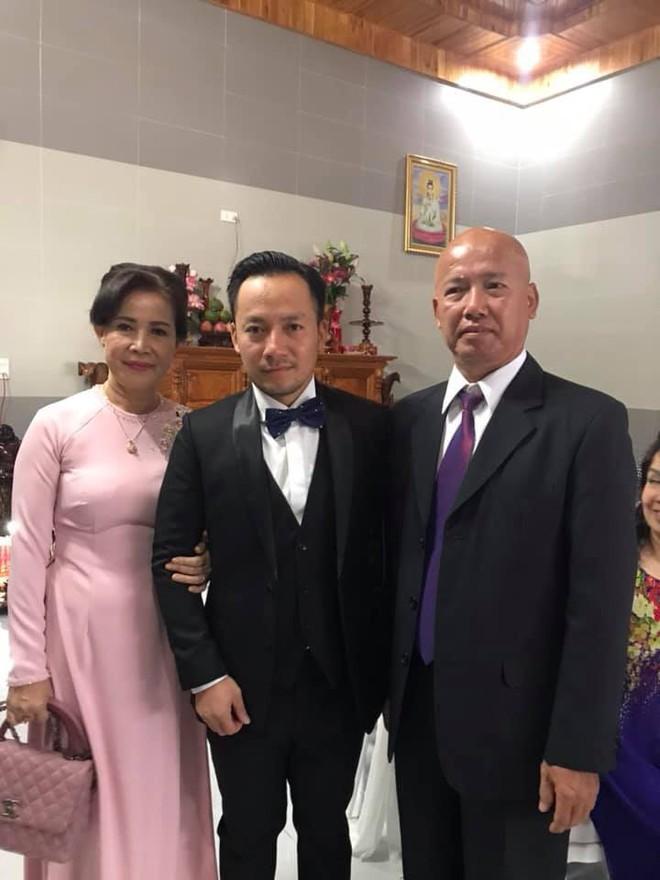 Rapper Tiến Đạt rạng rỡ bên cô dâu 9X trong đám cưới tại quê nhà - Ảnh 2.