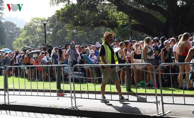 Sydney: Hàng trăm ngàn người xếp hàng lấy chỗ xem pháo hoa năm mới - Ảnh 2.