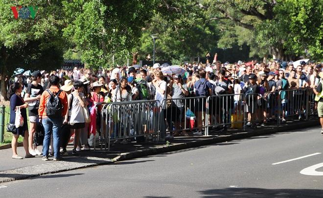 Sydney: Hàng trăm ngàn người xếp hàng lấy chỗ xem pháo hoa năm mới - Ảnh 3.