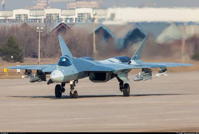 Tiêm kích tàng hình Su-57: Từ trạng thái trần trụi tới lớp sơn ngụy trang độc đáo - Ảnh 1.