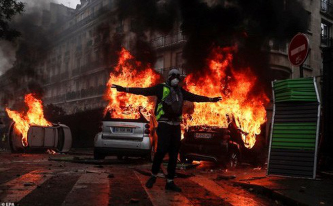"""Chính phủ Pháp ngưng tăng thuế xăng dầu, biểu tình """"Áo vàng"""" vẫn lan rộng"""