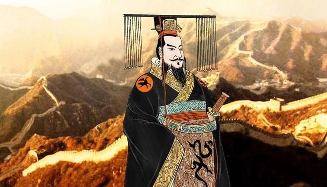 Vua chúa Trung Hoa đều mặc long bào màu vàng, tại sao đồ của Tần Thủy Hoàng lại có màu đen? - Ảnh 1.