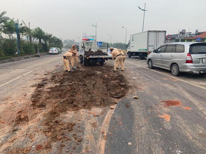 Hà Nội: CSGT xúc đất đổ vương vãi khắp mặt đường lên xe chuyên dụng sau tai nạn liên hoàn - Ảnh 2.