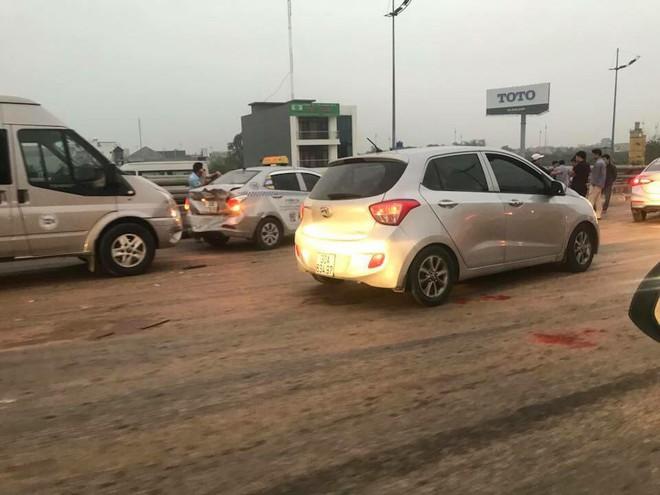 Hà Nội: CSGT xúc đất đổ vương vãi khắp mặt đường lên xe chuyên dụng sau tai nạn liên hoàn - Ảnh 3.
