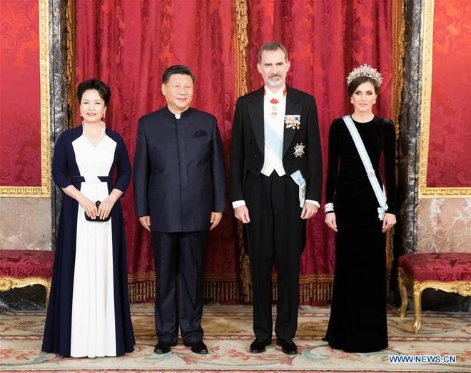 Vì sao ông Tập Cận Bình và tập thể quan chức TQ mặc đồng phục kiểu Tôn Trung Sơn khi thăm Tây Ban Nha? - Ảnh 1.