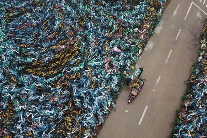 24h qua ảnh: Trẻ em tắm ngoài trời tại khu ổ chuột ở Philippines - Ảnh 10.