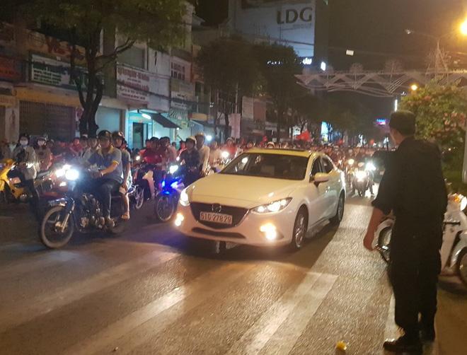 Hàng người ở Cần Thơ đổ về trung tâm Ninh Kiều sau trận thắng của đội tuyển Việt Nam - Ảnh 1.