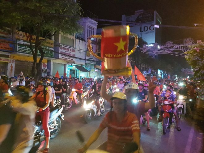 Hàng người ở Cần Thơ đổ về trung tâm Ninh Kiều sau trận thắng của đội tuyển Việt Nam - Ảnh 6.