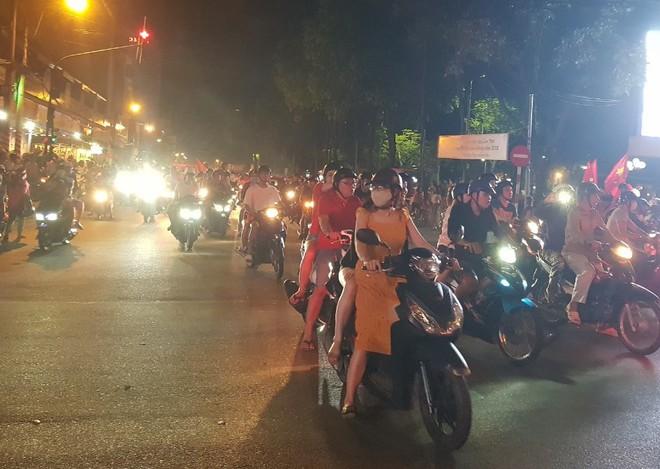 Hàng người ở Cần Thơ đổ về trung tâm Ninh Kiều sau trận thắng của đội tuyển Việt Nam - Ảnh 2.