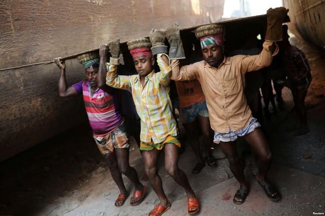 24h qua ảnh: Trẻ em tắm ngoài trời tại khu ổ chuột ở Philippines - Ảnh 6.