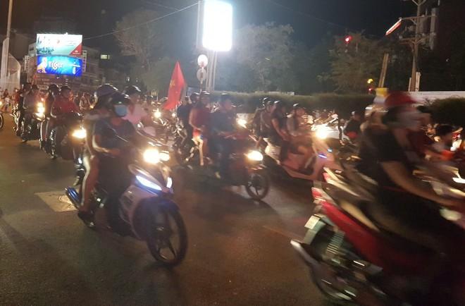 Hàng người ở Cần Thơ đổ về trung tâm Ninh Kiều sau trận thắng của đội tuyển Việt Nam - Ảnh 3.