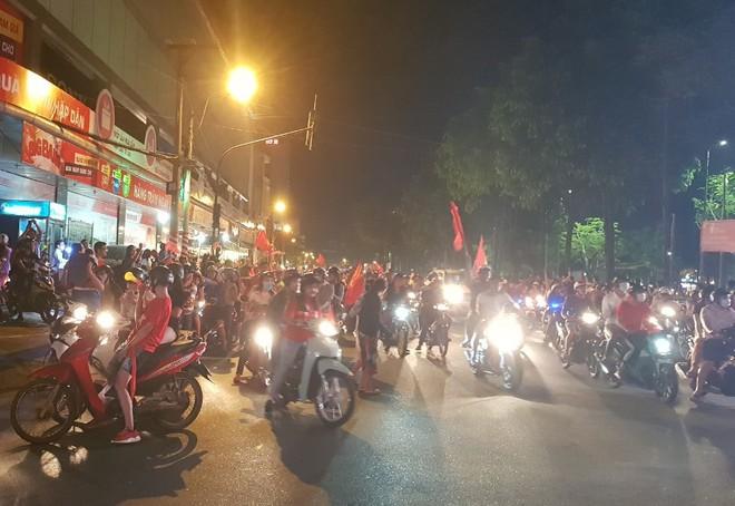 Hàng người ở Cần Thơ đổ về trung tâm Ninh Kiều sau trận thắng của đội tuyển Việt Nam - Ảnh 7.