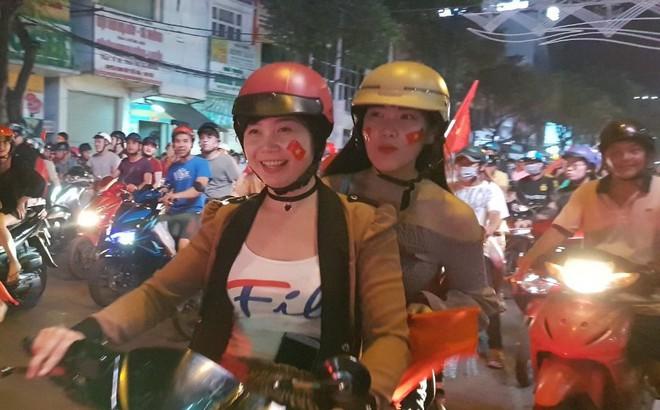 Hàng người ở Cần Thơ đổ về trung tâm Ninh Kiều sau trận thắng của đội tuyển Việt Nam