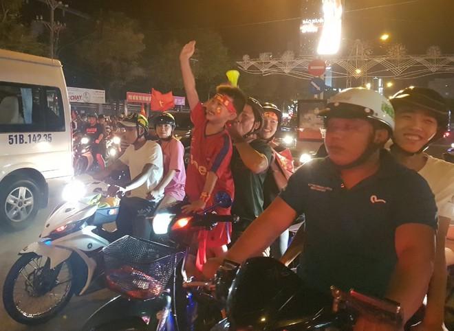 Hàng người ở Cần Thơ đổ về trung tâm Ninh Kiều sau trận thắng của đội tuyển Việt Nam - Ảnh 5.