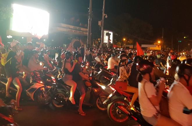 Hàng người ở Cần Thơ đổ về trung tâm Ninh Kiều sau trận thắng của đội tuyển Việt Nam - Ảnh 10.