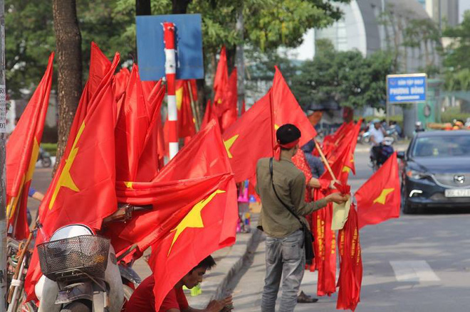 Cổ động viên lái siêu xe mui trần diễu hành quanh hồ Hoàn Kiếm trước trận bán kết - Ảnh 3.