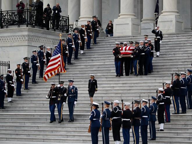 Hình ảnh nghẹn ngào: Vĩnh biệt cha, cựu TT Bush con không kìm được cảm xúc, khóc nức nở  - Ảnh 1.