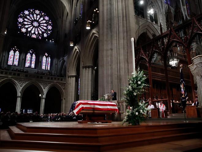 Hình ảnh nghẹn ngào: Vĩnh biệt cha, cựu TT Bush con không kìm được cảm xúc, khóc nức nở  - Ảnh 12.