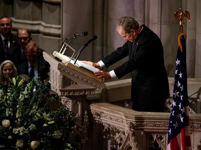 Hình ảnh nghẹn ngào: Vĩnh biệt cha, cựu TT Bush con không kìm được cảm xúc, khóc nức nở  - Ảnh 13.