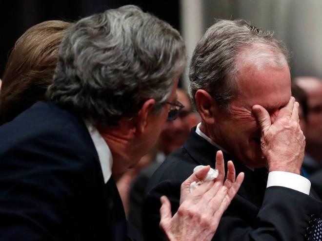 Hình ảnh nghẹn ngào: Vĩnh biệt cha, cựu TT Bush con không kìm được cảm xúc, khóc nức nở  - Ảnh 17.