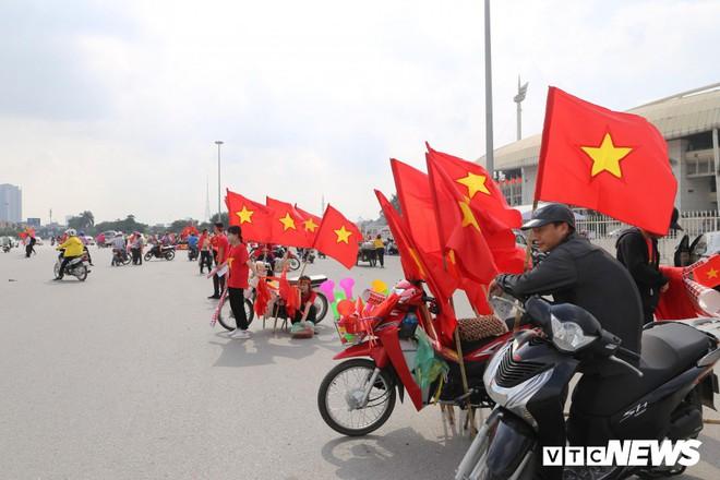 Ảnh: CĐV đến sớm cổ vũ tuyển Việt Nam đá bán kết lượt về AFF Cup 2018 - Ảnh 2.