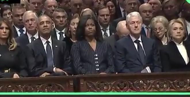 Bức ảnh trước-sau đắt giá và nỗi cô đơn tận cùng của sư tử Trump giữa lễ tang đầy nước mắt - Ảnh 2.