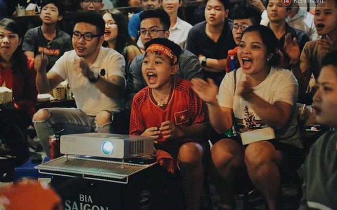 Cổ động viên vỡ òa sau chiến thắng của đội tuyển Việt Nam