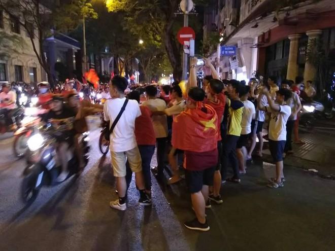 Cổ động viên vỡ òa sau chiến thắng của đội tuyển Việt Nam - Ảnh 20.
