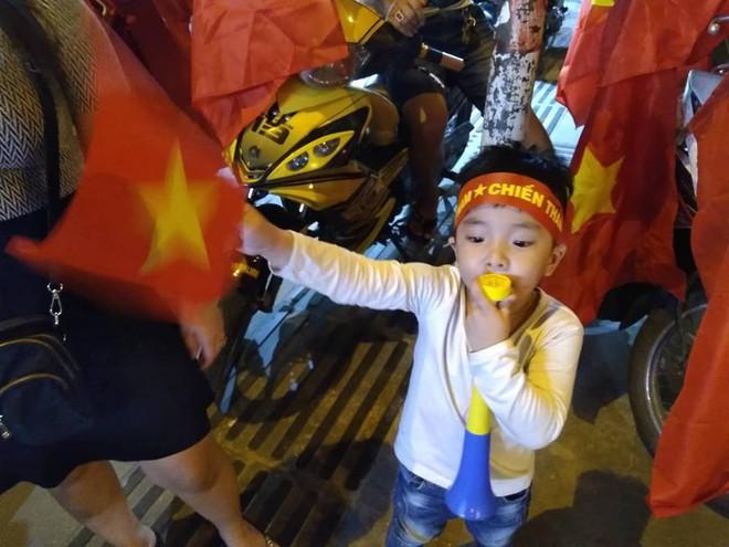 Cổ động viên vỡ òa sau chiến thắng của đội tuyển Việt Nam - Ảnh 18.