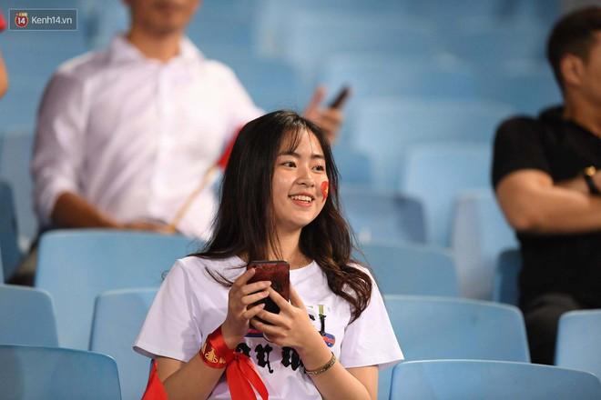 Loạt fan girl xinh xắn chiếm sóng tại Mỹ Đình trước trận bán kết Việt Nam - Philippines - Ảnh 18.