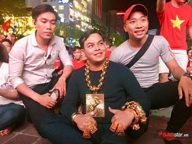 Đại gia đeo 13 ký vàng trị giá 13 tỷ ra phố đi bộ, ngồi đất cổ vũ cho đội tuyển Việt Nam trước Philippines - Ảnh 3.