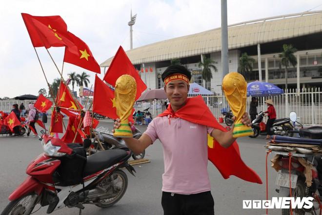 Ảnh: CĐV đến sớm cổ vũ tuyển Việt Nam đá bán kết lượt về AFF Cup 2018 - Ảnh 5.