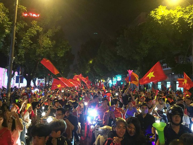 Những hình ảnh tuyệt vời ở Trái tim Hồ Gươm mừng chiến thắng của tuyển Việt Nam - Ảnh 6.