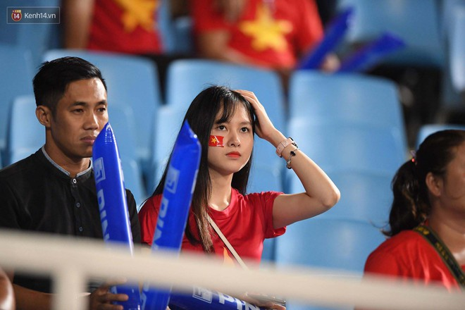 Loạt fan girl xinh xắn chiếm sóng tại Mỹ Đình trước trận bán kết Việt Nam - Philippines - Ảnh 7.