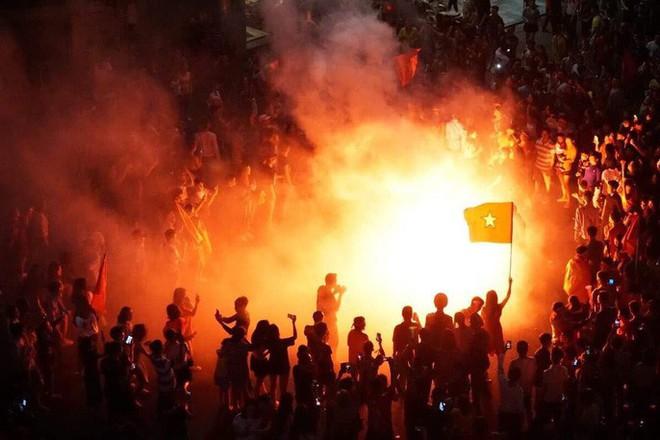 Những hình ảnh tuyệt vời ở Trái tim Hồ Gươm mừng chiến thắng của tuyển Việt Nam - Ảnh 9.