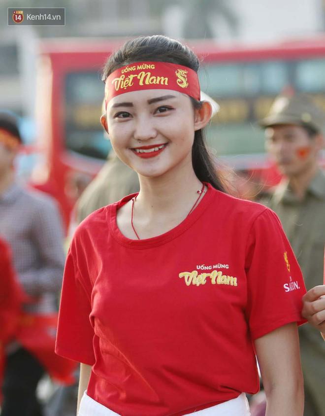 Loạt fan girl xinh xắn chiếm sóng tại Mỹ Đình trước trận bán kết Việt Nam - Philippines - Ảnh 10.