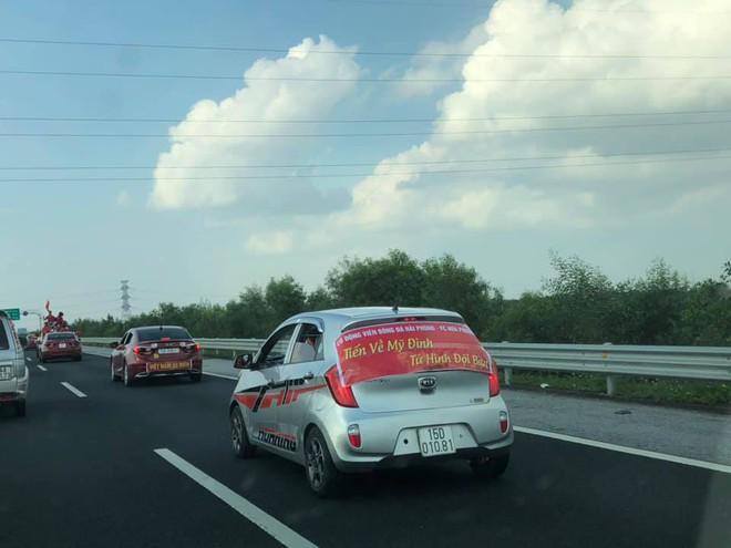 Cổ động viên lái siêu xe mui trần diễu hành quanh hồ Hoàn Kiếm trước trận bán kết - Ảnh 7.