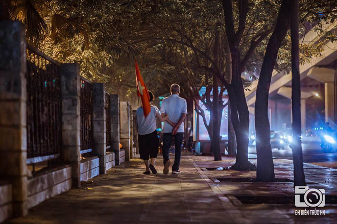 Trong đêm đi bão, CĐV nhoài người qua cửa ô tô hôn chiến sỹ CSGT - khoảnh khắc đáng nhớ - Ảnh 2.