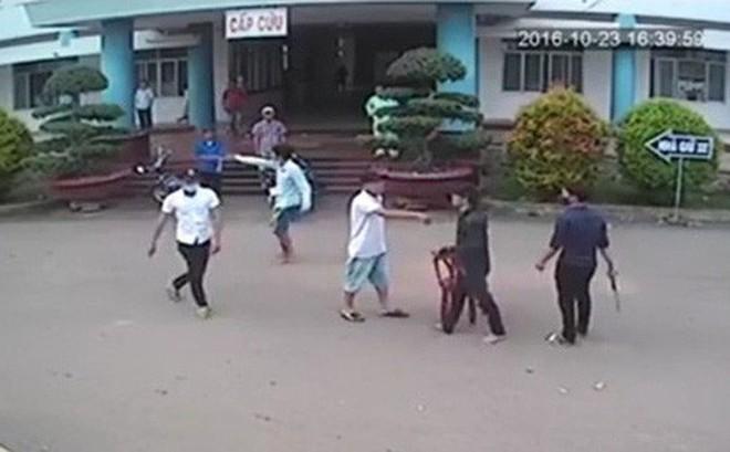 Vụ chặn xe cứu thương sau hỗn chiến: Nhiều tiếng súng nổ khiến người dân hoảng sợ