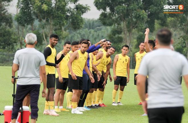 Chuẩn bị đối đầu Công Phượng, thủ môn Malaysia tập bài lạ với bóng… 5 kg - Ảnh 1.