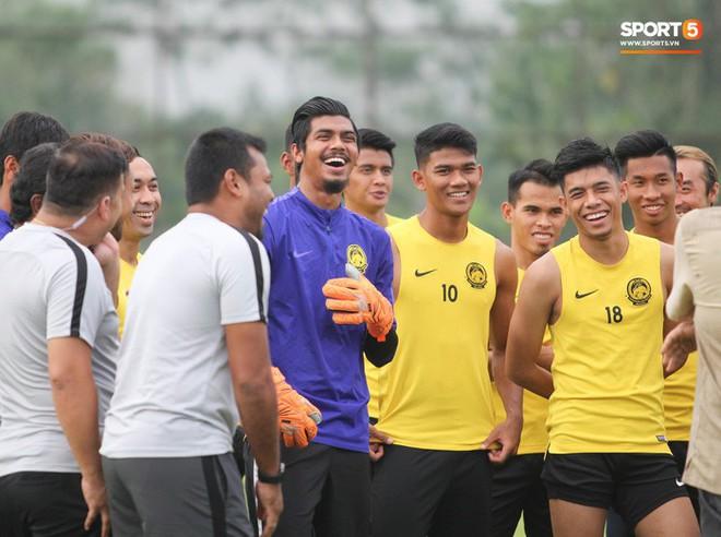 Chuẩn bị đối đầu Công Phượng, thủ môn Malaysia tập bài lạ với bóng… 5 kg - Ảnh 2.