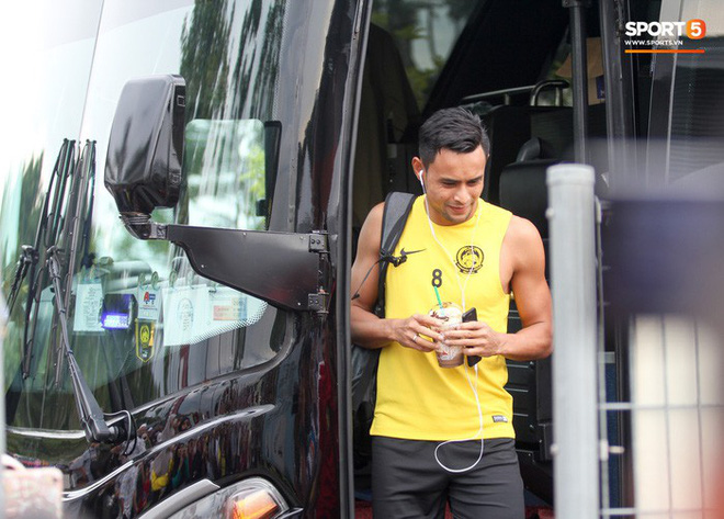 Chuẩn bị đối đầu Công Phượng, thủ môn Malaysia tập bài lạ với bóng… 5 kg - Ảnh 11.