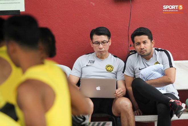 Chuẩn bị đối đầu Công Phượng, thủ môn Malaysia tập bài lạ với bóng… 5 kg - Ảnh 12.